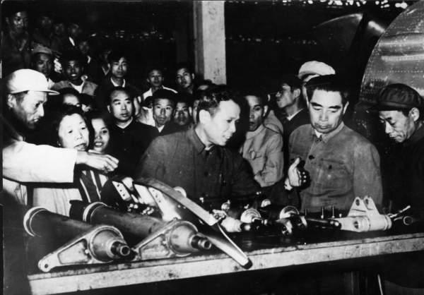 1962年6月,周恩来视察沈阳飞机厂