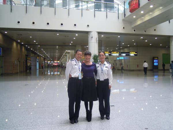 关红云、王亚君,郑州国际机场