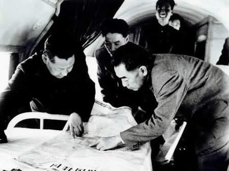 1958年4月,周恩来与习仲勋在河南视察时,在飞机上研究资料