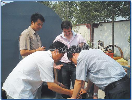 张洪滔经理为国外客户讲解卸料器的工作原理