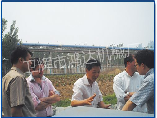 张洪滔经理为国外客户讲解设备的工作原理