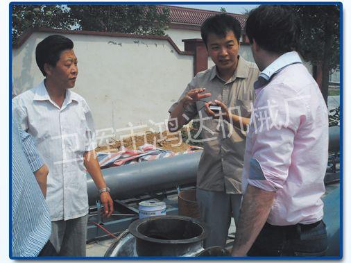 贸易公司的翻译给国外客户讲解卸料器的工作原理