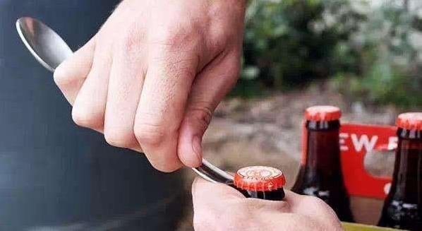 勺子开啤酒瓶