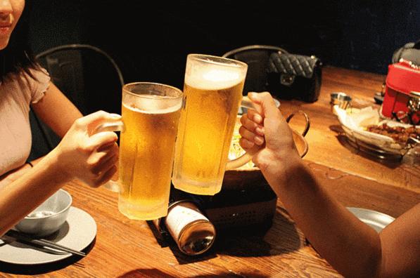 聚会饮用啤酒
