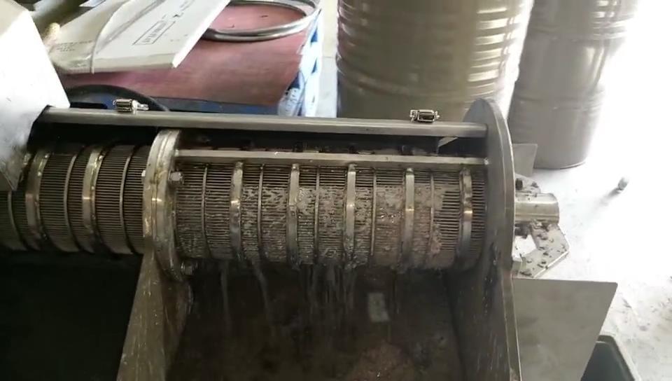 在壓榨過程中,篩網會擠出細渣
