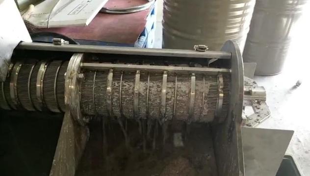 压榨脱水中,细小的漆渣会从筛网缝隙中挤出