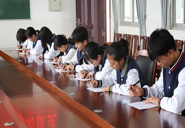 金秋愛心助學,三強公司向30名滑縣貧困學生發放助學金!