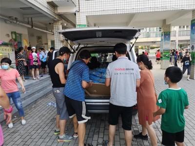 河南垣升冷暖设备有限公司为暴雨洪涝灾害受困群众捐赠T恤500件